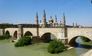 Le Puente de piedra et l'arrière de la Cathédrale del Pilar
