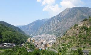 Andorre la vieille encastrée au fond de la vallée