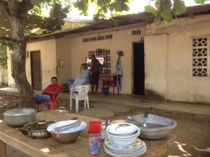 Salon de coiffure et restaurant donnant directement sur la route